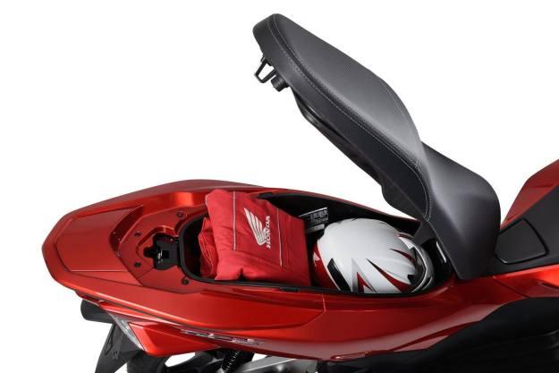 2015-Honda-PCX-150-011